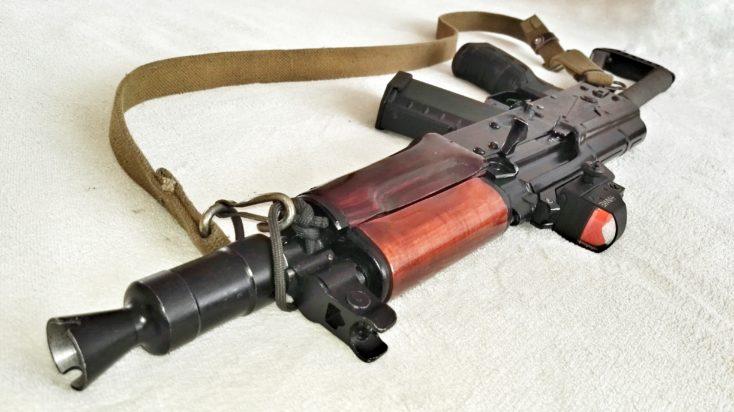 EK tlačí na zákaz AK, AR a zásobníkov